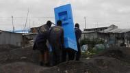 Das Ding kann leben retten: Bewohner des Slums Mukuru in der kenianischen Hauptstadt Nairobi installieren eine neue Toilette