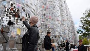 Besucher reißen Bücher des documenta-Parthenons ab