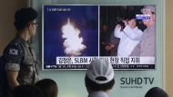 Ein südkoreanischer Soldat verfolgt Nachrichten über einen nordkoreanischen Raketentest (Archivbild).