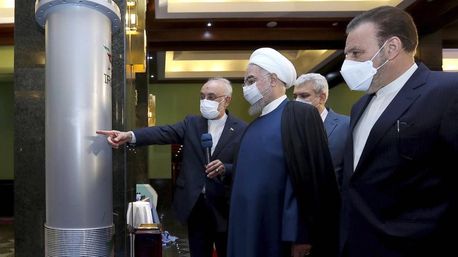 Der iranische Präsident Hassan Rohani am 10. April 2021 in der Urananreicherungsanlage Natans. Links von ihm der Vorsitzende der Atomenergiebehörde, Ali Akbar Salehi.