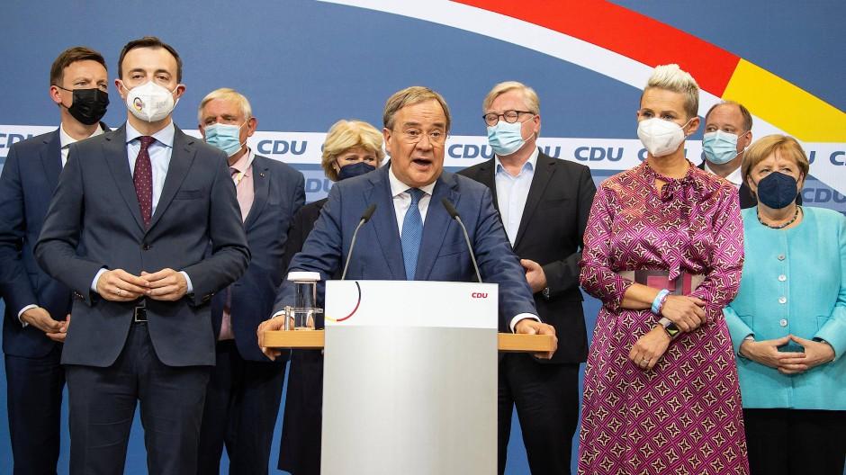 Der Kanzlerkandidat der Union, Armin Laschet, hält nach der ersten Hochrechnung im Konrad Adenauer Haus am Sonntagabend eine Rede.
