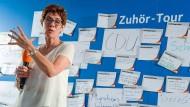 Annegret Kramp-Karrenbauer spricht im August 2018 im Rahmen ihrer Zuhörtour vor einer Pinnwand mit Merkzetteln.