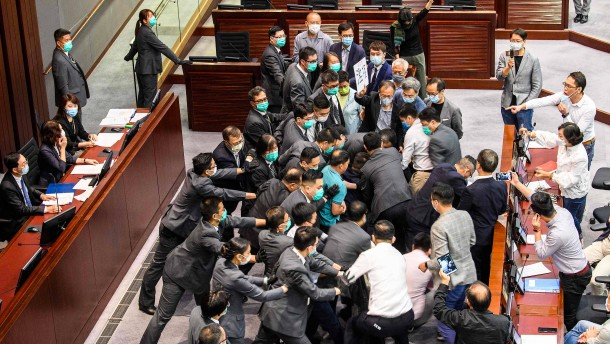 Handgemenge im Hongkonger Parlament