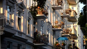 Balkone vor Mietshäusern in Hamburg. Die Rendite einer Eigentumswohnung liegt oftmals unter der Inflationsgrenze.