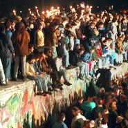 Da war die Freude groß: Jubelnde Menschen sitzen mit Wunderkerzen auf der Berliner Mauer am 11.11.1989.