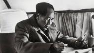 Schlechtes Vorbild: Revolutionsführer Mao Tse-tung mit Zigarette in der Hand im Flugzeug.
