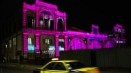Der stillgelegte Bahnhof von Dakar, gebaut im Jahr 1885: Der Medienkünstler Philipp Geist bringt das Gebäude mit Videoprojektionen zum Leuchten.