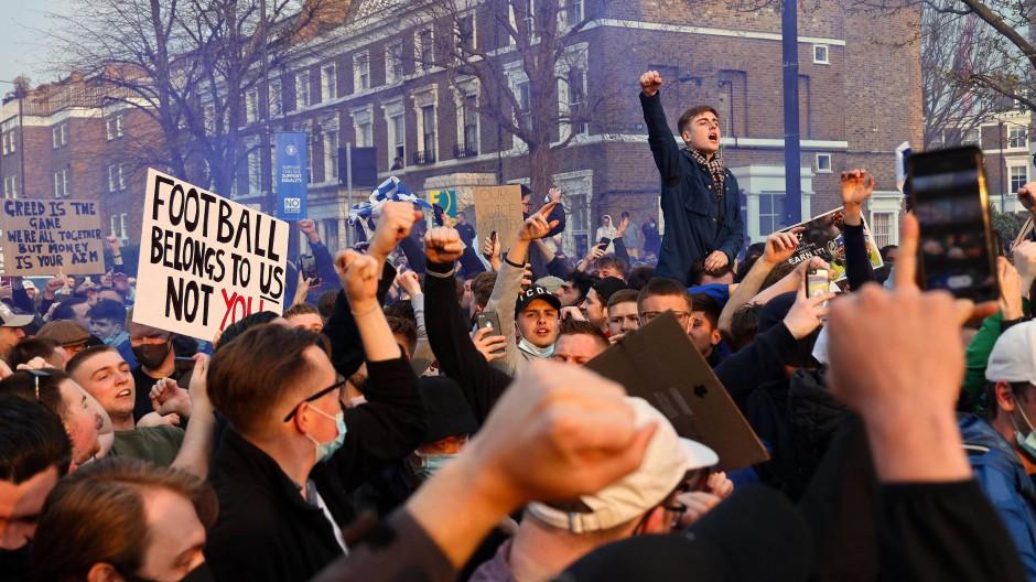 Der Druck der Straße: Englische Fans, hier am Stadion des FC Chelsea, protestieren am heftigsten gegen die Super League – für diesmal feiern sie einen süßen Sieg.