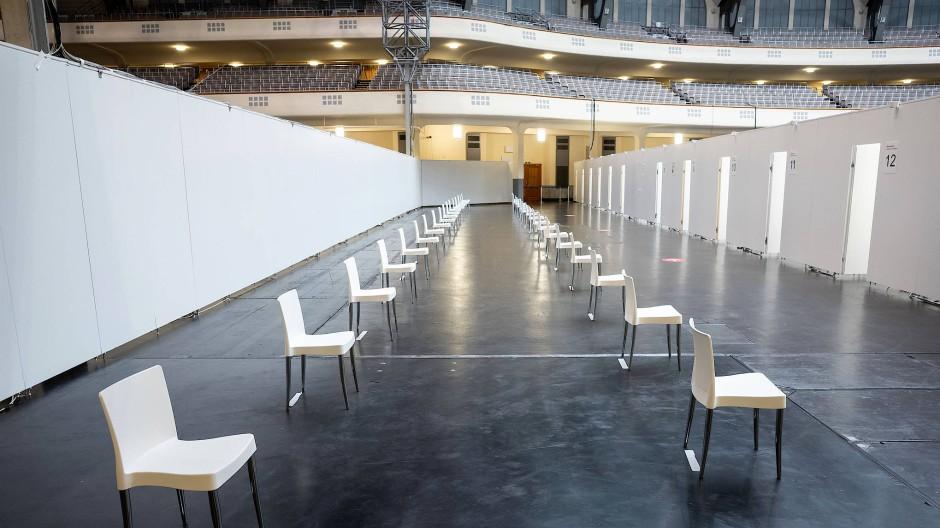 Das Impfzentrum in Frankfurt soll künftig kürzere Öffnungszeiten haben. Dabei wird es für eine größere Altersgruppe geöffnet.
