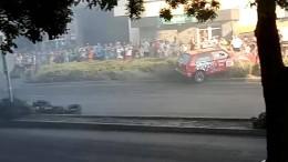 Rennwagen rast in Zuschauergruppe