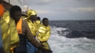 Gerade gerettet: Migranten aus der Subsahra auf dem Mittelmeer.