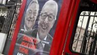 """Das Plakat zeigt EU-Kommissionschef Juncker und George Soros mit den Worten: """"Auch Sie haben das Recht zu wissen, was Brüssel vorhat""""."""