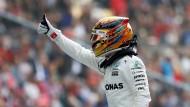 Daumen hoch für Hamilton: Es ist die 63. Poleposition seiner Karriere und die sechste in China.