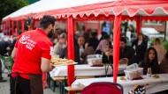 Süßes Angebot: Beim muslimischen Fastenbrechen in Oberursel wird Baklava gereicht.