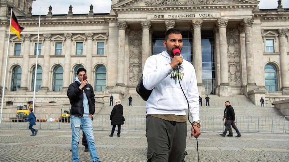 Vor dem Reichstag: Attila Hildmann im vergangenen Mai bei einer Demonstration gegen die Corona-Maßnahmen.