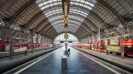 Leere Bahnhöfe im April – haben sich die Maßnahmen gegen Covid-19 ausgezahlt?