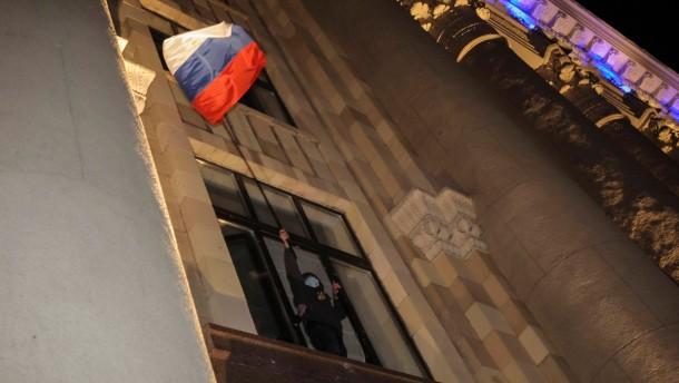 Demonstranten stürmen Verwaltung von Charkiw