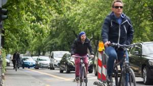Radler und Autofahrer ringen um Straßenraum