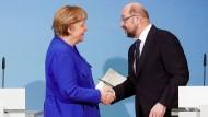 CDU-Chefin und Bundeskanzlerin Angela Merkel und SPD-Chef Martin Schulz reichen sich am Ende der Sondierungen am Freitag die Hand.
