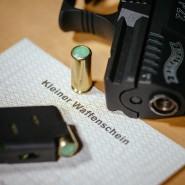 Neben einem Kleinen Waffenschein liegt eine Schreckschuss-Pistole Walther P22 (Archivbild).