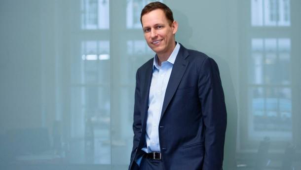 Peter Andreas Thiel - Der amerikanische Internet-Investor deutscher Herkunft spricht während der DLD-Konferenz  in München mit Patrick Bernau.