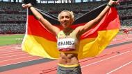 Malaika Mihambo feiert ihren Sieg im Weitsprung-Wettbewerb.