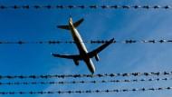 Bei Abschiebflügen wurden in diesem Jahr vermehrt auch Beamte ohne spezielle Ausbildung eingesetzt.
