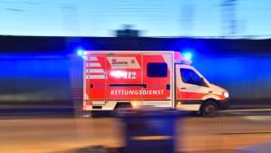 Brennendes Auto führt zu Explosion: Einsatzkräfte leicht verletzt