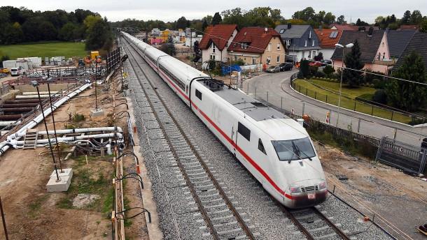 Die Züge fahren wieder, die Fragen bleiben