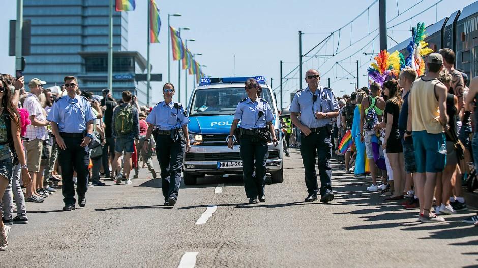 Mit der Polizei zur CSD-Parade: Die Anwesenheit von Gesetzeshütern, wie hier 2018 in Köln, ist bei öffentlichen Feierlichkeiten der queeren Szene keine Ausnahme – sondern oft notwendig.