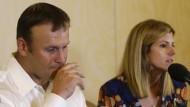 Rob Konrad mit seiner Frau Tammy bei einer Pressekonferenz am Montag
