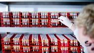 Eine Hand greift in einem Kühlraum der Deutsche Knochenmarkspenderdatei (DKMS) Life Science Lab GmbH nach Blutproben.