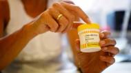 Cannabis als Heilmittel - hier eine Dose des Cannabis-Medikaments Bedrobinol - spaltet bisweilen die Ärzteschaft.