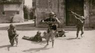 Kinder spielen Soldaten.