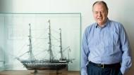 """Mit der """"USS Constitution 1797"""": Peer Steinbrück in seinem Bundestags-Büro"""