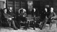 Regierungsübernahme durch den Rat der Volksbeauftragten in 1918: (v.l.n.r.) Barth, Landsberg, Ebert, Haase,  Dittmann und Scheidemann.