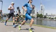 Heißes Rennen: Patrick Lange (rechts) macht die Hitze beim abschließenden Marathonlauf zu schaffen.