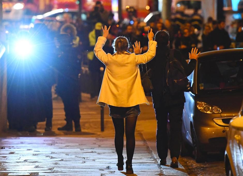 Im Schockzustand: Passanten heben am Donnerstagabend bei einer Kontrolle nahe den Champs-Elysées die Hände