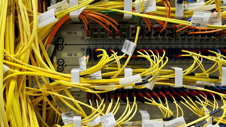 Glasfaserleitungen am Internetknotenpunkt DE-CIX