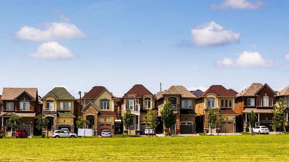 Überlegen Sie sich genau, wie Sie selbstgenutzte Häuser und vermietete Wohnungen vererben – rät unser Experte.