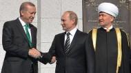 Da waren die Beziehungen noch in Ordnung: Russlands Staatspräsident Putin und sein türkischer Amtskollege Erdogan bei der feierlichen Eröffnung der neuen Moschee in Moskau am 15. September 2015.
