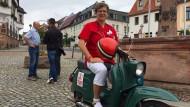 """""""Schwester Agnes""""  Petra Franz-Bohn sitzt beim Wahlkampftermin der Linken in Nossen auf einer Schwalbe."""