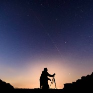 Ungarischer Himmelsbeobachter unter einer hellen Satellitenspur