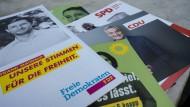 Broschüren der Kandidaten, die am Heinrichs-Kiosk im Stadtteil Ginnheim ausliegen.