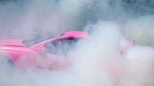 Betrunkener setzt mit durchdrehenden Reifen eigenes Auto in Brand
