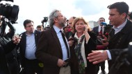 Chefredakteur Can Dündar nach dem Attentat vor dem Gerichtsgebäude