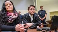 Die Angeklagte Beate Zschäpe im Januar 2018 im Gerichtssaal im Oberlandesgericht München. Neben ihr: Ihr Anwalt Mathias Grasel.