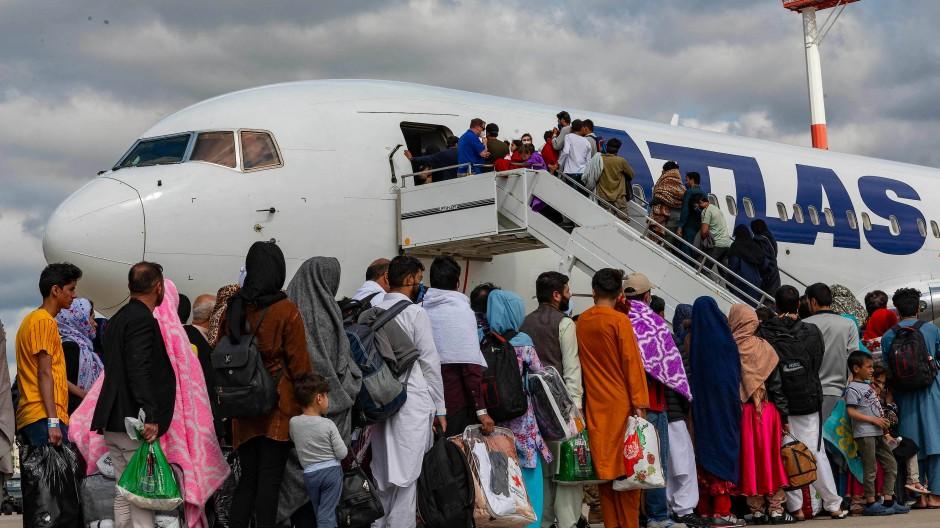 Afghanische Flüchtlinge auf der Militärbasis in Ramstein besteigen ein Flugzeug in Richtung der USA (Bild vom 24. August 2021).