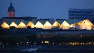 Strahlkraft: Nachts macht die Rheingoldhalle ihrem Namen alle Ehre, wie auf diesem Foto aus dem Jahr 2011 zu sehen ist.