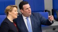 Süßes Schaudern: Gute-Gesetze-Ministerin und Klare-Kante-Entertainer